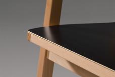 Der stuhl mit der markanten rückenlehne die in einer angenehm